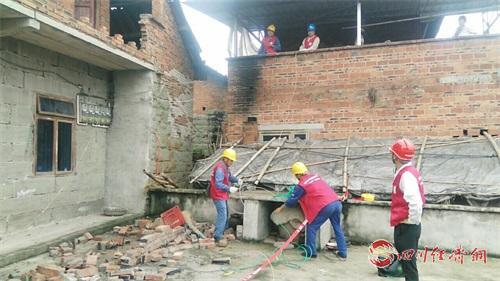 08(8刘 网 0909 毛春燕)内江威远5.4级地震 受损线路12小时全部恢复供电配图    电力抢修1.jpg