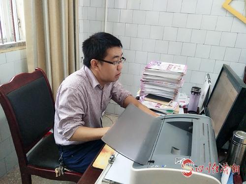 07(网)0909 邹永波:能教就教下去配图    邹永波在备课.jpg
