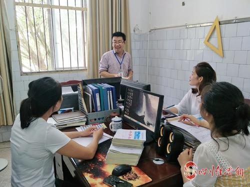 07(网)0909 邹永波:能教就教下去配图    邹永波与其他老师在交流工作.jpg