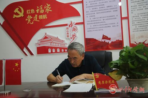 27(网)退休不褪色 余热映初心配图    王志明正在整理小区民情民意.png