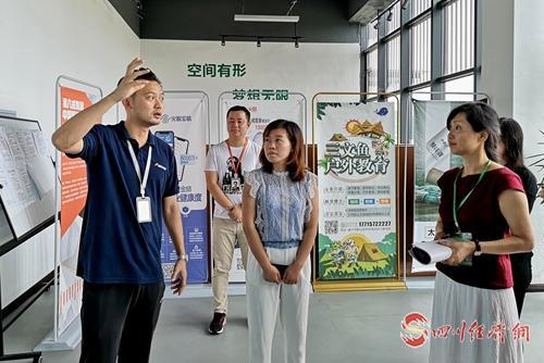 36(网)(11号消息)遂宁高新区·创客小镇配图    记者采访创业者.jpg