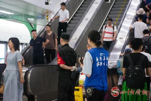 成都地铁工作人员维护秩序认真执勤.jpg