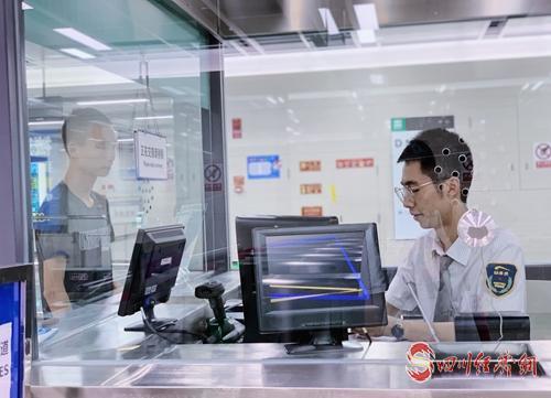 成都地铁工作人员为乘客售票.jpg