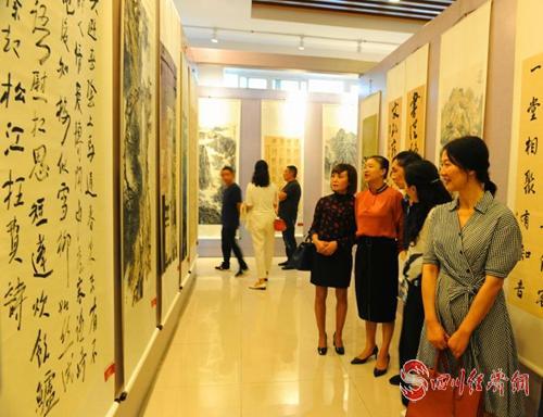 30(网)第五届涪江沱江流域书画作品巡回展首展在中江举行配图    参观书画展.jpg