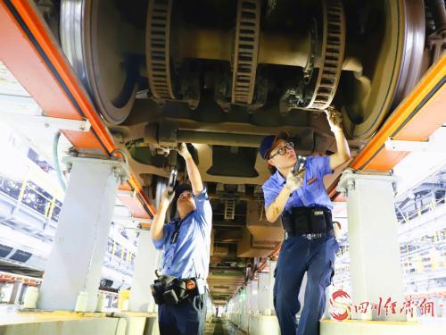 9月11日晚上,成都动车段动车组机械师在动车底部认真检修动车制动装备.png