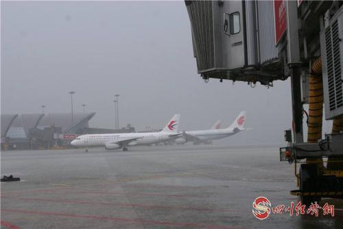 雨中的成都双流机场.png