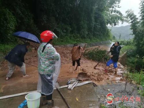 """天全""""9·13""""强降雨 紧急转移安置916人 部署抢险救灾配图   洪水退后进行清淤.jpg"""