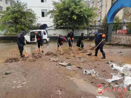"""天全""""9·13""""强降雨 紧急转移安置916人 部署抢险救灾配图   清理洪水留下的淤泥.jpg"""