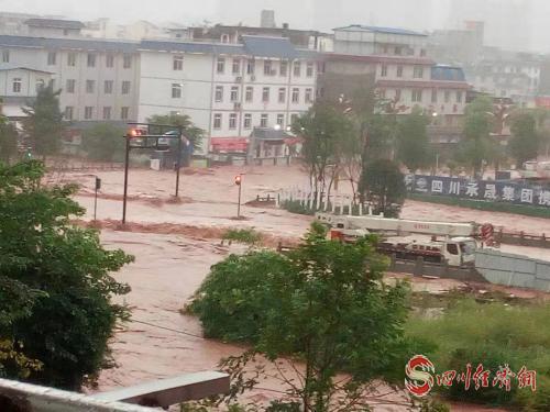 """天全""""9·13""""强降雨 紧急转移安置916人 部署抢险救灾配图   天全县城发生内涝.jpg"""