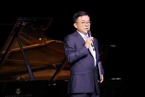 07(7刘 网 0916 际恒)重庆举办中秋音乐会 《仙女山的月亮》照亮整个山城配图    世界著名男高音歌唱家范竞马担任音乐会主持.jpg