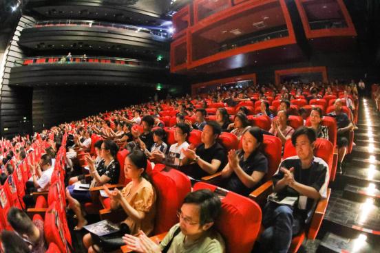 07(7刘 网 0916 际恒)重庆举办中秋音乐会 《仙女山的月亮》照亮整个山城配图    观众反应热烈.jpg