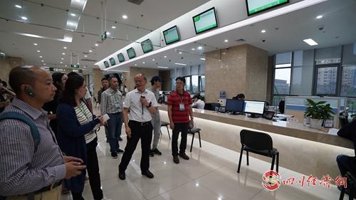 06(网)9月16日下午 大数据局配图    媒体代表了解德阳市构建大数据体系和政务服务内容.jpg