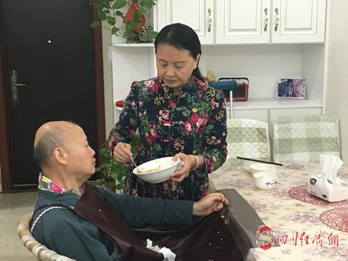 黄萍喂丈夫吃饭.jpg