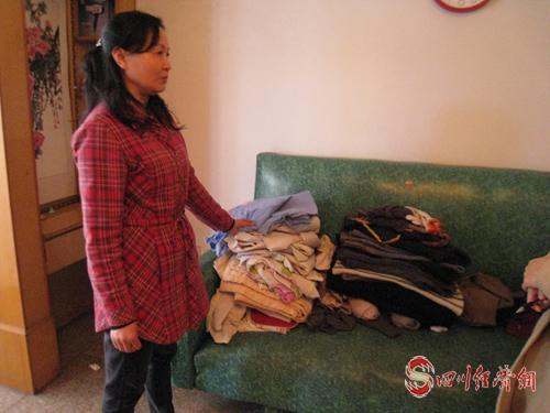 黄萍展示每天为丈夫准备换洗的衣物.jpg