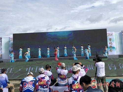 25(网)第十一届中国升钟湖钓鱼大赛在开幕配图    歌舞表演.jpg