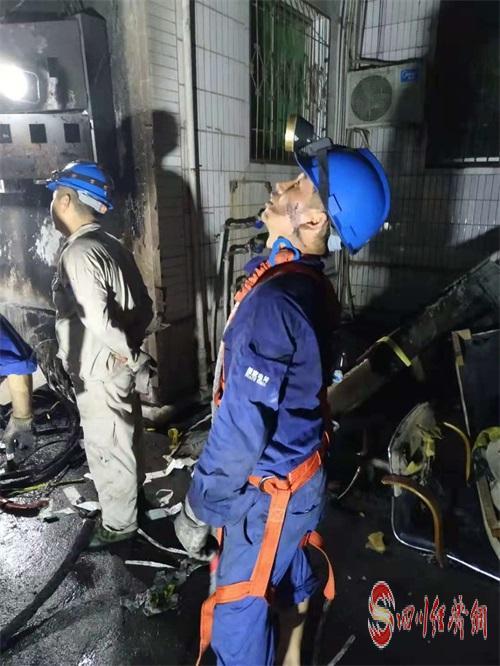 """02(2刘 网 0919 王小英)""""今晚一定恢复供电!""""配图    电力工业人员正在抢修被烧毁的分流箱及电表箱.jpg"""