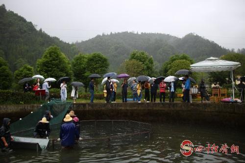 34 媒体代表正在参观四川润兆渔业有限公司.jpg
