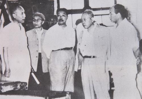 1959年6月22日,副总理贺龙视察第二重型机械厂.jpg