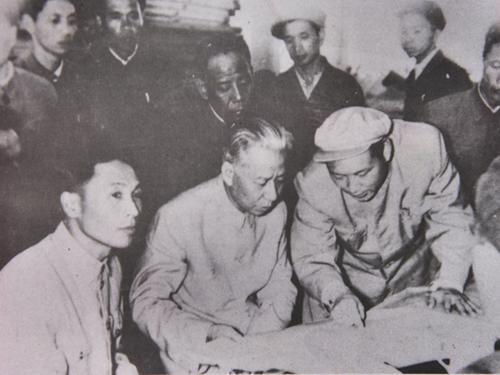 1960年4月10,国家主席刘少奇视察东方电机厂 鲍安华翻拍.jpg