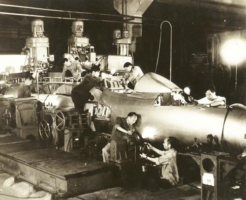 20世紀70年代成飛工程師正在安裝飛機.jpg