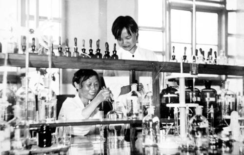 2雅安制药厂七八十年代科研.jpg