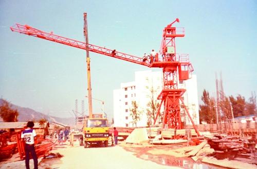 1.华西集团拥有的第一台塔吊.jpg