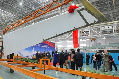 2013.12.2.首架纯中国制造波音787-9方向舵在成都交付鲍安华摄+手18980755147 (1).jpg