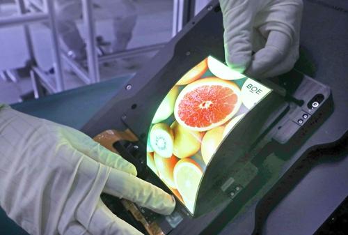 BOE新一代AMOLED柔性屏产品展示鲍安华摄  2.jpg