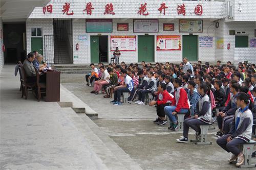 33(33刘 网 0919 际恒)荣县乐德职中成功庆祝新中国成立70周年主题教育宣讲活动配图    师生们认真聆听.jpg