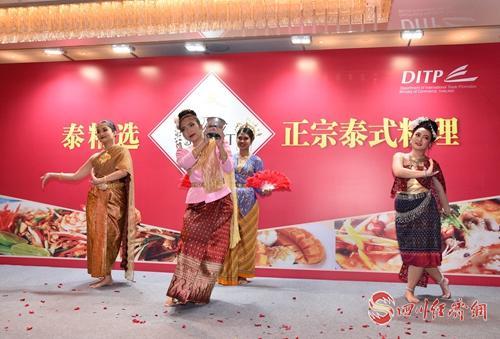 (4)现场表演传统泰国舞蹈.jpg