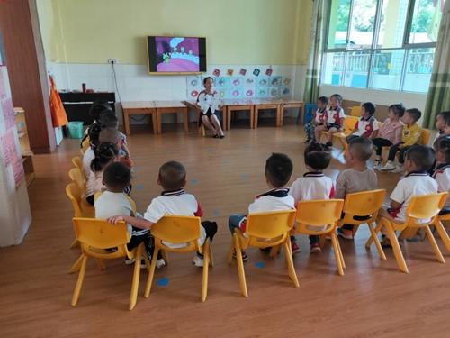 27(27刘 网 0925 际恒)牙科医生来了,宜宾江安贝贝幼儿园举行爱牙日主题活动配图    贝贝幼儿园老师讲授爱牙日知识 图一.jpeg