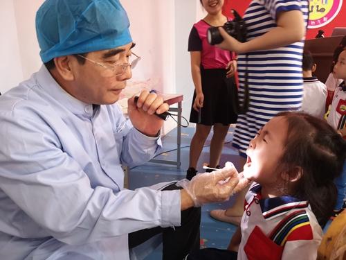 27(27刘 网 0925 际恒)牙科医生来了,宜宾江安贝贝幼儿园举行爱牙日主题活动配图    检查牙齿.jpeg