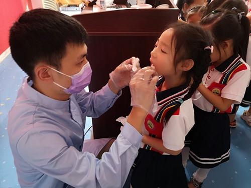 27(27刘 网 0925 际恒)牙科医生来了,宜宾江安贝贝幼儿园举行爱牙日主题活动配图   检查牙齿2.jpeg