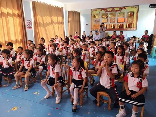 27(27刘 网 0925 际恒)牙科医生来了,宜宾江安贝贝幼儿园举行爱牙日主题活动配图    孩子们认真听讲.jpeg