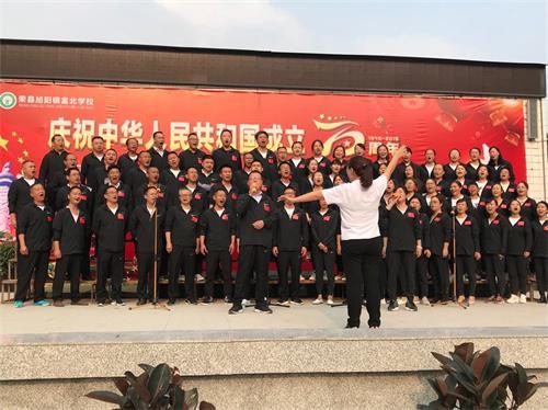 17教师演唱国歌.jpg