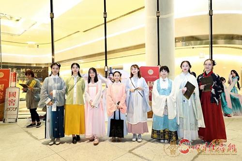 20(网)用舞剧讲述中国故事配图    不少观众穿着汉服前来观看.jpg