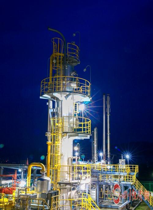 05(网)中石油西南油气田公司天然气日产量突破8000万立方米 创历史新高配图    非常规天然气脱水装置 彭刚 摄.jpg