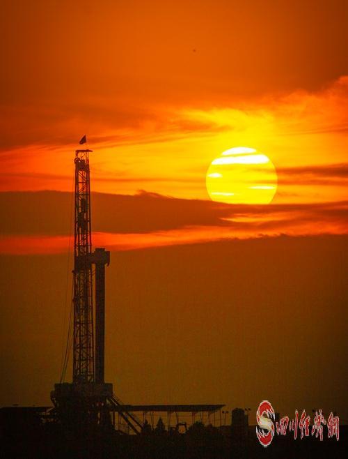 05(网)中石油西南油气田公司天然气日产量突破8000万立方米 创历史新高配图    夕阳钻塔 彭刚  摄.jpg