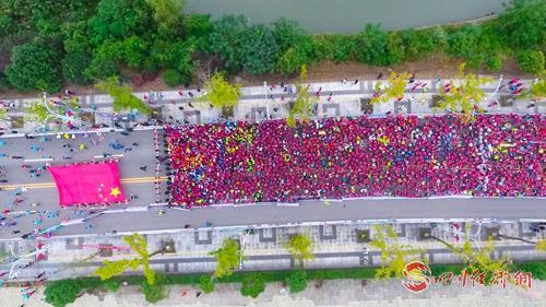 近两万人参加的2019阆中国际马拉松激情开跑_配图2.jpg