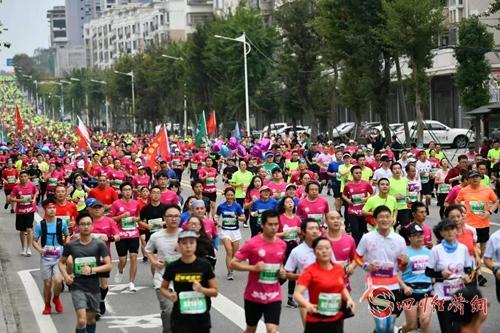 近两万人参加的2019阆中国际马拉松激情开跑_配图3.jpg