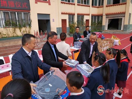 27(网)爱心捐赠活动走进山区学校配图   图片说明:捐赠活动现场1023_2.jpg