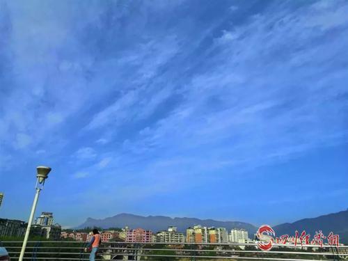 """""""天府之肺 熊猫故乡""""雅安空气质量9月全国第3配图   蓝天白云下的雅安市区.jpg"""