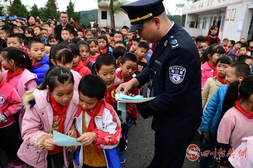 01(网)警路企配图   省公安厅高速公路五分局干警走进校园向学生宣传交通安全知识.jpg