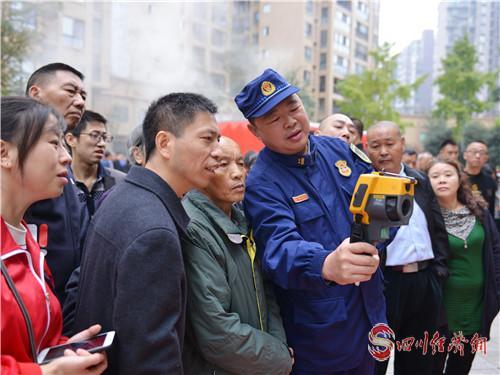 图为市民观看消防器材.jpg