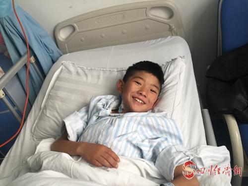 """26(网)理塘县35名儿童开始""""心""""生活配图   配图1:治疗中的格勒扎巴.jpg"""