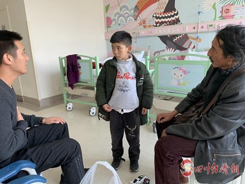 """26(网)理塘县35名儿童开始""""心""""生活配图   配图2:治愈的格勒扎巴(中).jpg"""