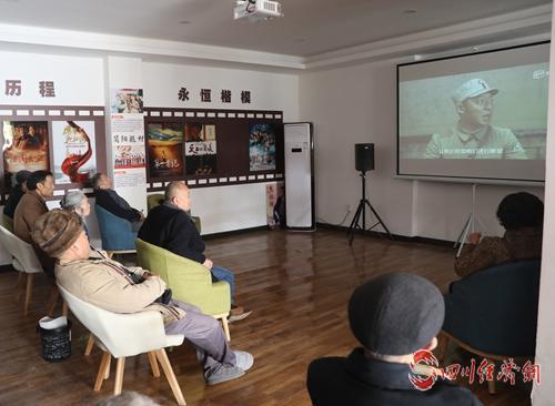 36(網)小社區 大文章 走出善治之城的配圖   居民在社區文化活動中心觀影休閑.jpg