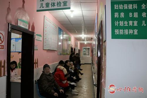 22(網)四川丹棱:聚焦醫療衛生服務,解決群眾身邊事(1)配圖   在社區衛生服務中心群眾就醫不再憂.jpg