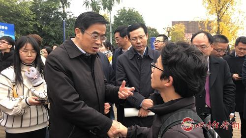 中国残联副主席、副理事长程凯与求职残疾人毕业生交流.jpg