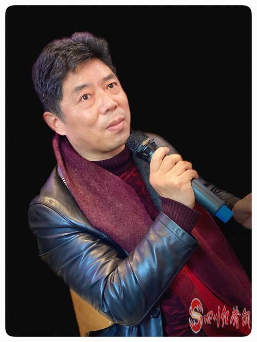 28(網)文學大咖齊聚成都 研討凸凹新書《勞動萬歲》配圖   主持人馬平.jpg